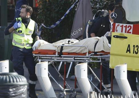 Una víctima es retirada de la escena del tiroteo, en suburbio de...