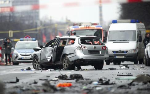 Un coche gravemente dañado por una explosión bloquea la...