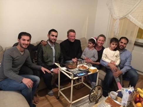 Lisbeth Zornig y su marido Mikael Lindholm, en Suecia, con la familia...