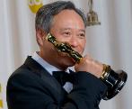Ang Lee besa su Oscar al mejor director por 'La vida de Pi',...