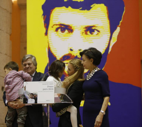 Lilian Tintori, con sus hijos y los padres de Leopoldo López.
