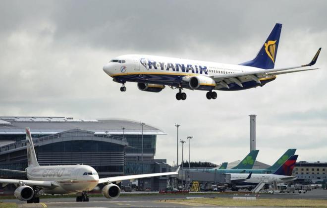 Un avión de la compañía aérea Ryanair, preparándose para...