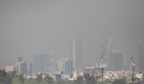 Vista general de Ciudad de México, envuelta en una niebla de...