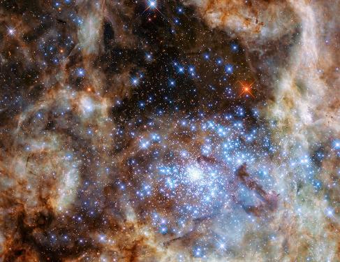 El cúmulo de estrellas masivas descubierto por el Hubble.