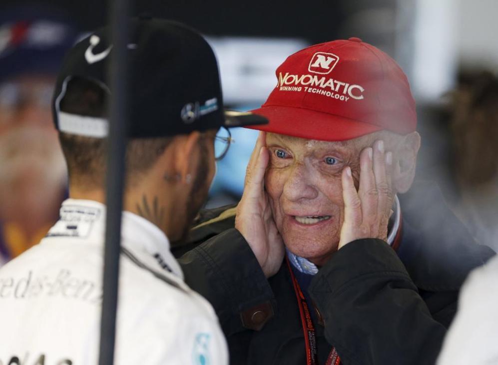 Lewis Hamilton charla con Niki Lauda speak en el garaje de Mercedes...
