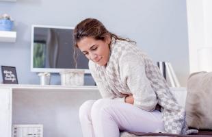 Una mujer incómoda por los efectos de la candidiasis.