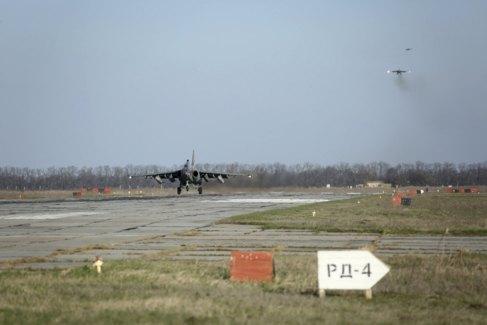 Un Su-25 ruso aterriza el miércoles en Krasnodar, al sur de Rusia,...