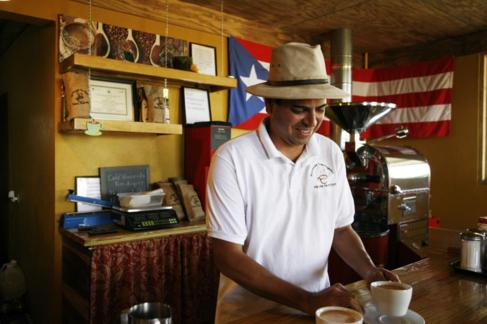 Un camarero puertorriqueño sirve dos cafés.