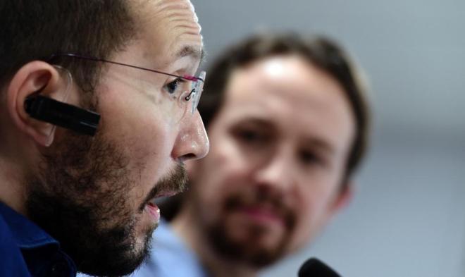 Pablo Iglesias escucha a Pablo Echenique, este viernes, tras...