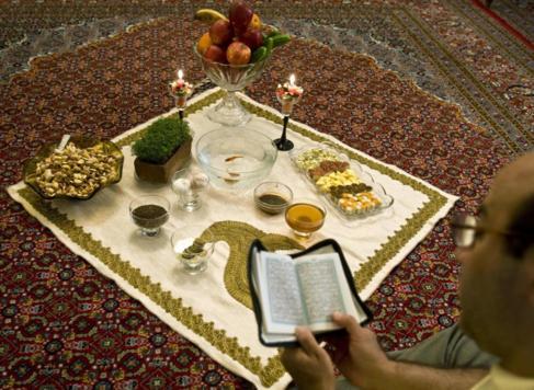 Un iraní lee el Corán durante el nuevo año iraní.