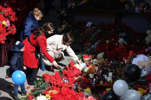 Ciudadanos ruso homenajean a las víctimas en el aeropuerto de Rostov.