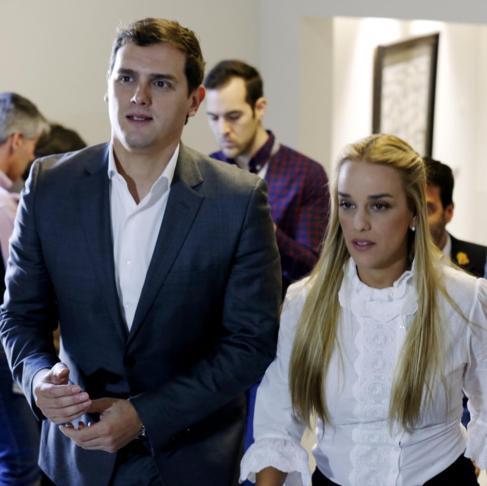 El presidente de Ciudadanos, Albert Rivera, y la esposa del opositor...