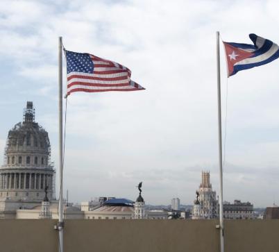 Las banderas de Estados Unidos y Cuba ondean en La Habana.