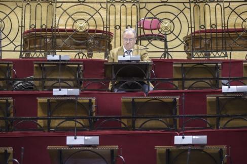 Arturo Aldecoa sentado solo en su ubicación temporal en las Juntas de...