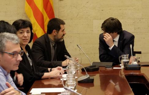 El presidente de la ANC, Jordi Sànchez, conversa con el presidente de...