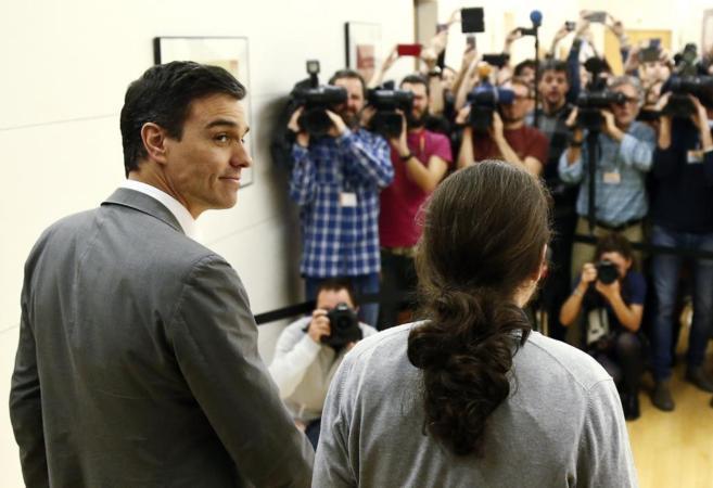 Pedro Sánchez y Pablo Iglesias, a su llegada juntos a la reunión que...