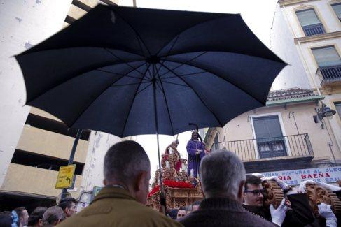 Paraguas durante la cofradía del Dulce Nombre de Málaga.