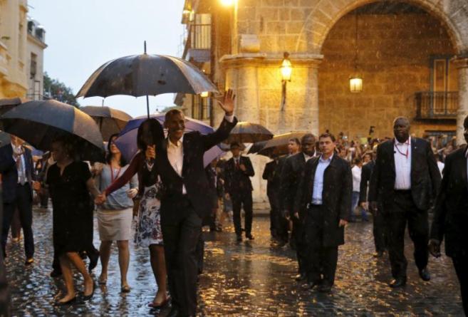 Barack Obama pasea con su familia por el centro de La Habana.