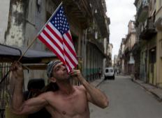 Un cubano besa una bandera de EEUU