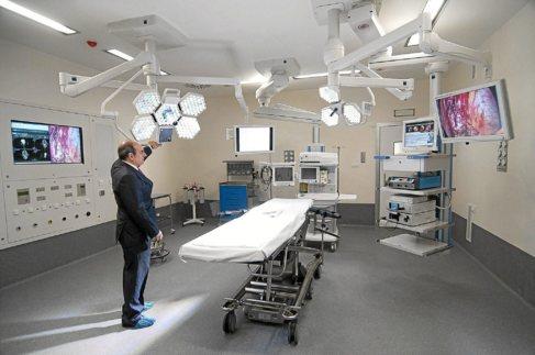 Jon Darpón visita uno de los quirófanos del centro Zorrotzaurre.