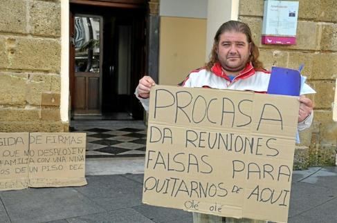 José Rodríguez, apostado a las puertas del Ayuntamiento de Cádiz.