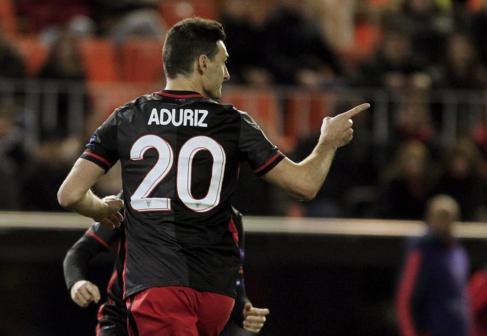 Aduriz celebra un gol en Mestalla.
