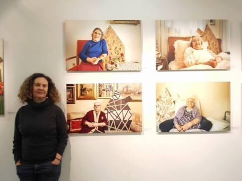 Artemis Alcalay, ante algunos de los retratos de su exposición.