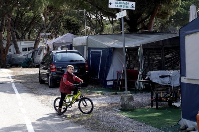 el último camping de la autovía de castelldefels   cataluña   el mundo