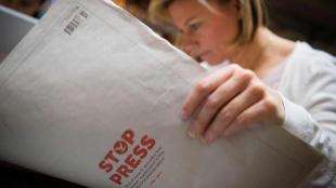 Una mujer lee el último número impreso de 'The Independent'.