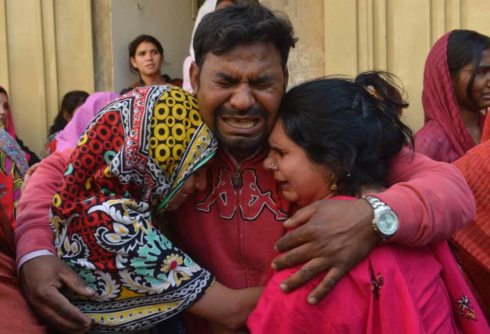 Una familia llora la muerte de un familiar en la explosión del...