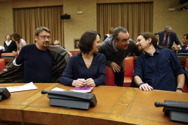 Juan Pedro Yllanes conversa con Pablo Iglesias en el Congreso.
