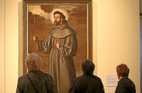 Visitantes de la exposición de Pacheco contemplan el 'San...