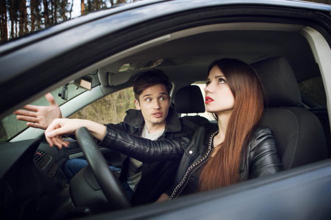 pareja discutiendo en el coche