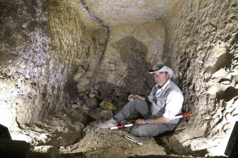 José Manuel Galán en las excavaciones de la necrópolis.