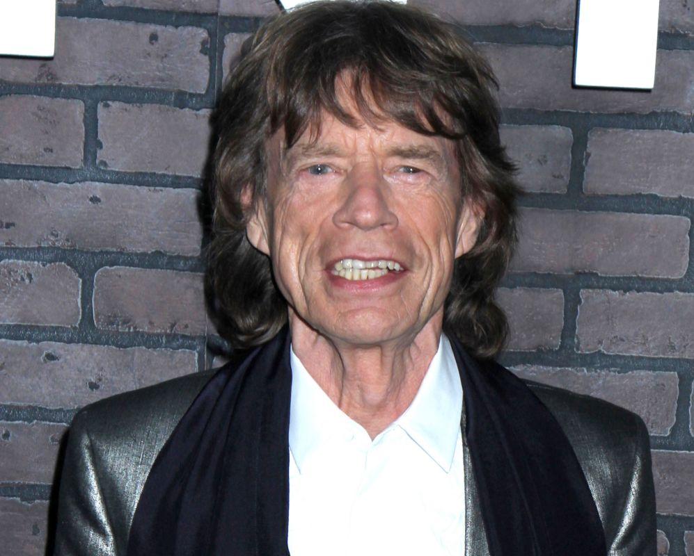 Mick Jagger ha estado desenterrando sus trajes de hace décadas, y a...