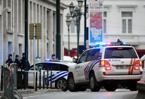 Varios coches de la policía belga llegan este jueves a la Cámara del...