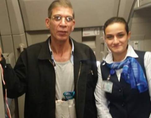 La azafata del avión posa sonriente con el secuestrador durante el...