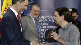 Felipe VI recibe de manos de Pablo Iglesias una colección de Juego de...