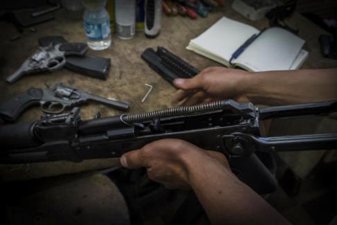 El taller donde Alaa repara fusiles en Misrata.