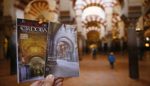 A la derecha, el folleto turístico que sustituye al anterior...