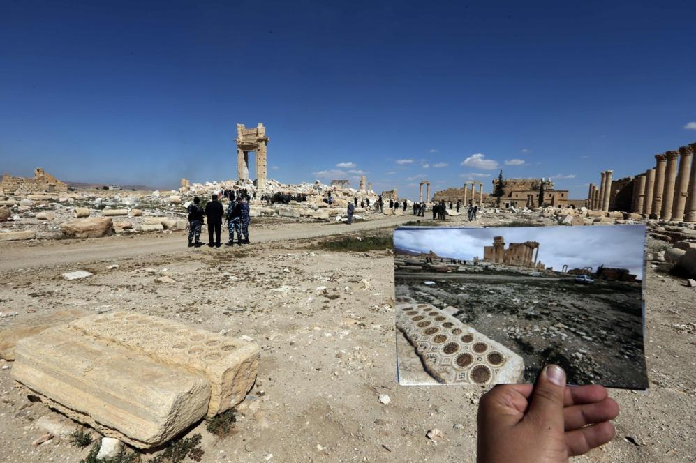 Varios restos en primer término y al fondo lo que queda del templo de Bel.