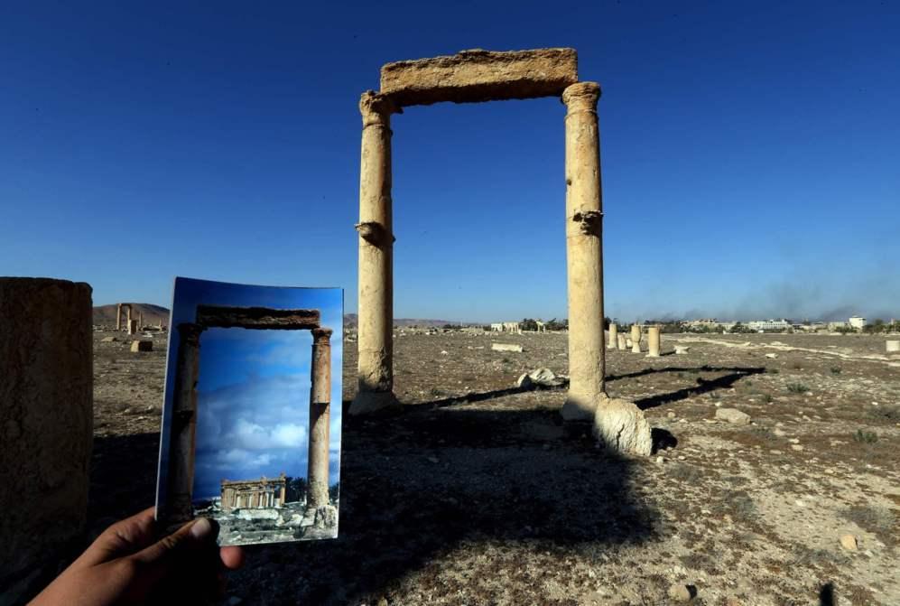 El Templo de Baal Shamin que podía verse tras dos columnas corintias.