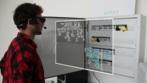 Un operario interactúa mediante la voz y la realidad aumentada...