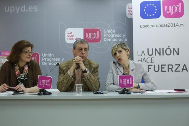 Beatriz Becerra (dcha.), junto a Francisco Sosa Wagner y Maite...