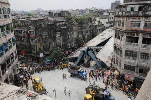 Equipos de rescate buscan supervivientes entre los restos del puente...
