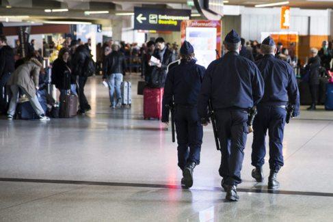 Agentes de policía vigilan el interior del aeropuerto Charles de...