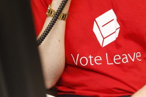 Una trabajadora de la campaña 'Vota salir', con una...
