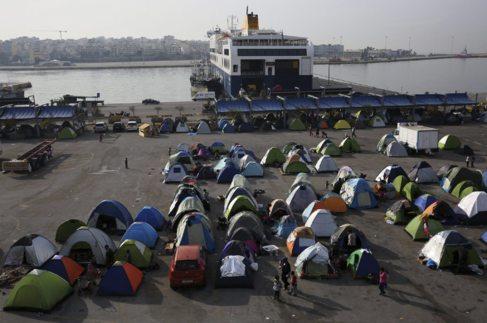 Tiendas de campaña en el campamento de refugiados del puerto del...