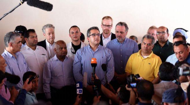 El ministro de Antigüedades de Egipto, Khaled al-Anani (en el centro)...