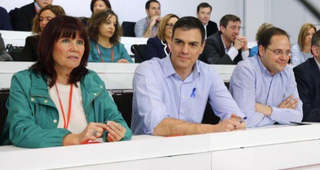 Pedro Sánchez, entre Micaela Navarro y el secretario de Organización...